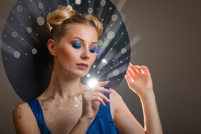 Retrato de uma mulher bonita com uma composição, raios do chapéu de luz originais imagem de stock