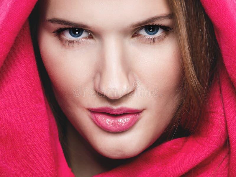 Retrato de uma mulher bonita com fim acima foto de stock