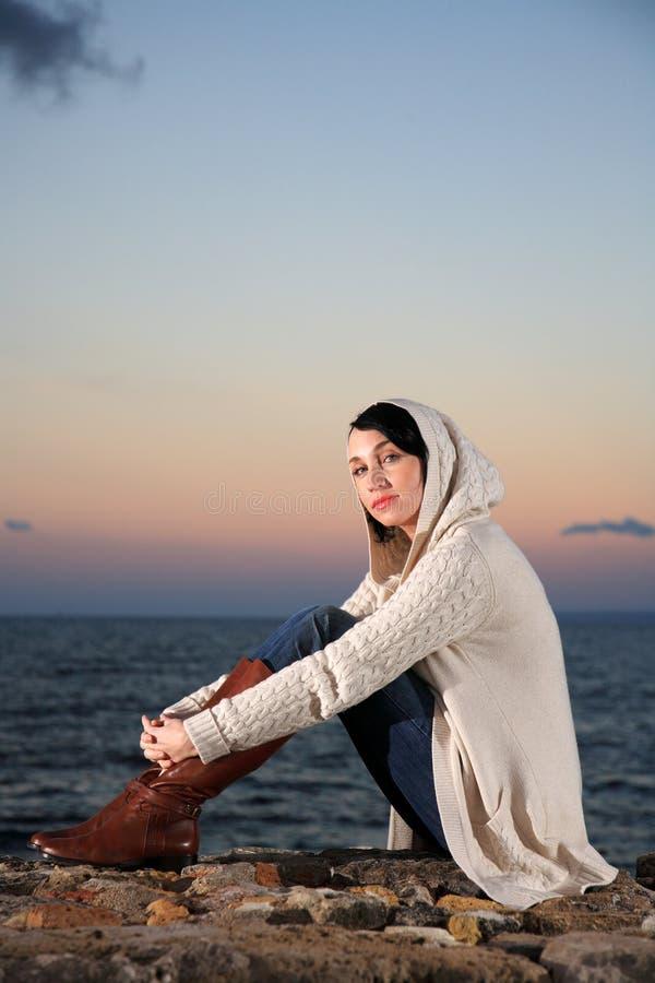Download Mulher bonita pelo mar imagem de stock. Imagem de forma - 29831279