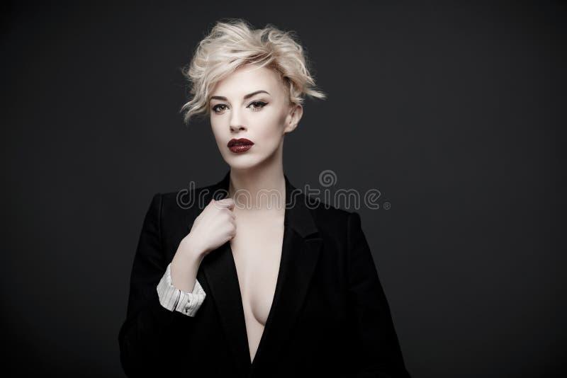Retrato de uma mulher bonita com pele limpa foto de stock