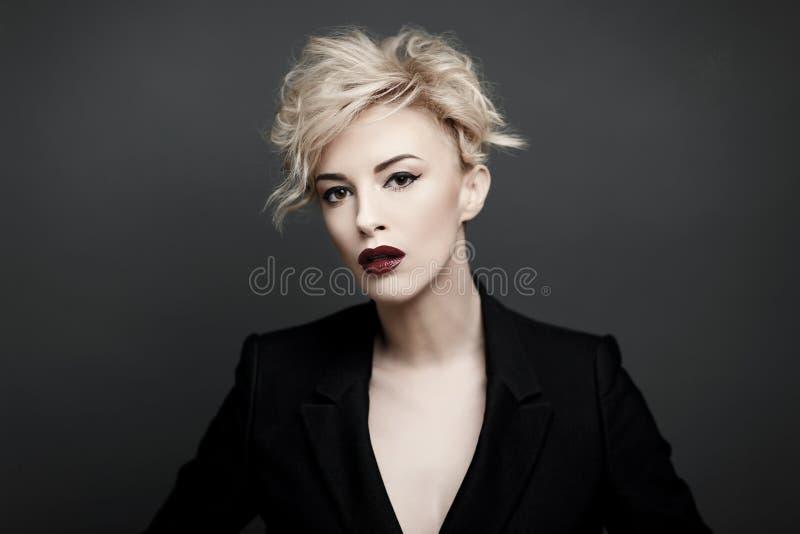 Retrato de uma mulher bonita com pele limpa imagem de stock royalty free