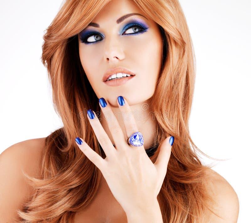 Retrato de uma mulher bonita com pregos azuis, composição azul imagem de stock