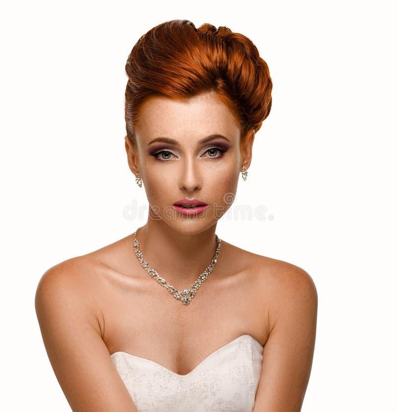 Retrato de uma mulher bonita do gengibre na imagem da noiva fotografia de stock
