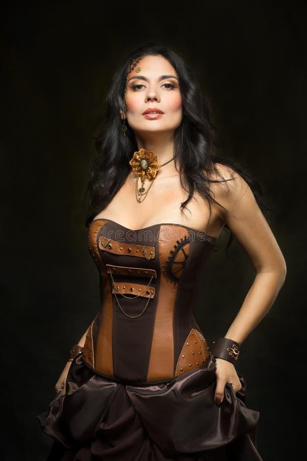 Retrato de uma mulher bonita do steampunk foto de stock