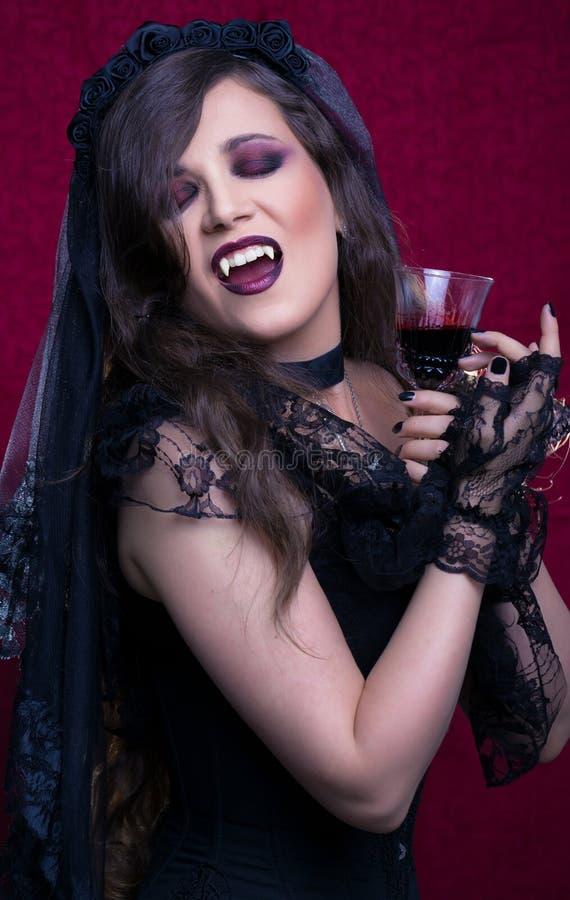 Retrato de uma mulher bonita do vampiro foto de stock
