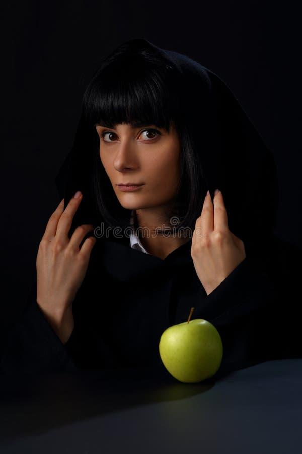 Retrato de uma mulher bonita em um cabo com uma capa imagem de stock