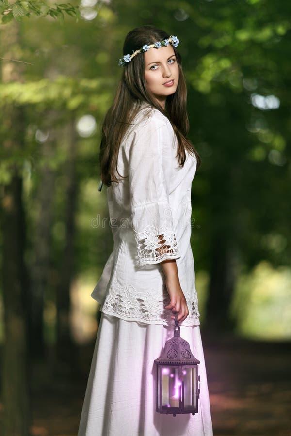 Retrato de uma mulher bonita feericamente fotos de stock