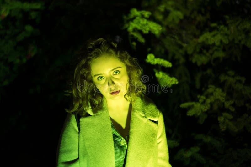Retrato de uma mulher bonita misteriosa na iluminação verde foto de stock royalty free