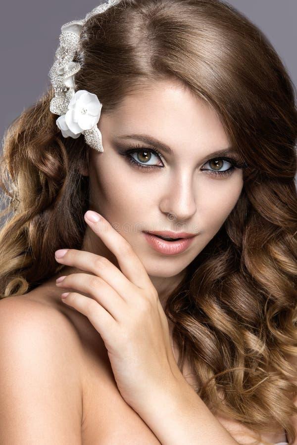Retrato de uma mulher bonita na imagem da noiva com as flores em seu cabelo Face da beleza fotografia de stock royalty free