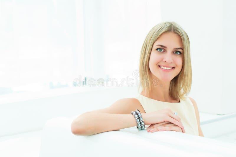 Retrato de uma mulher bonita no café foto de stock royalty free