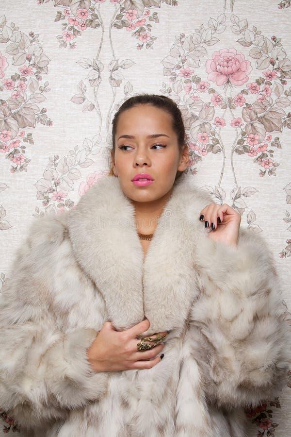 Download Retrato De Uma Mulher Bonita No Casaco De Pele Imagem de Stock - Imagem de revestimento, povos: 29827933