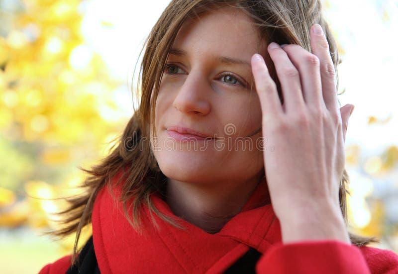 Retrato de uma mulher bonita, nova ao ar livre fotos de stock