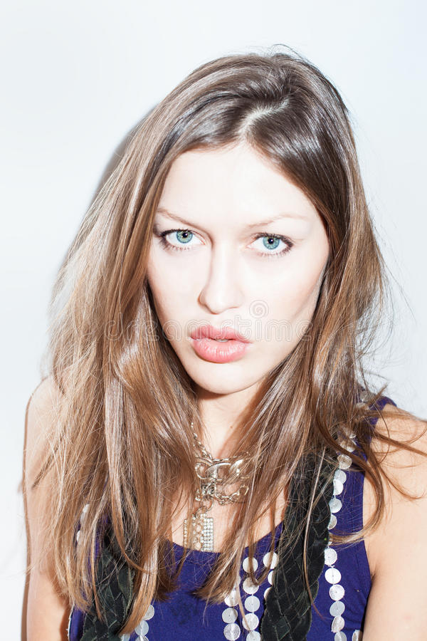 Retrato de uma mulher bonita nova com cabelo longo foto de stock