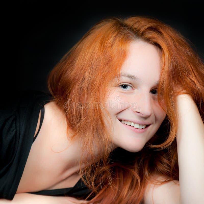 Retrato de uma mulher bonita nova do redhead fotografia de stock