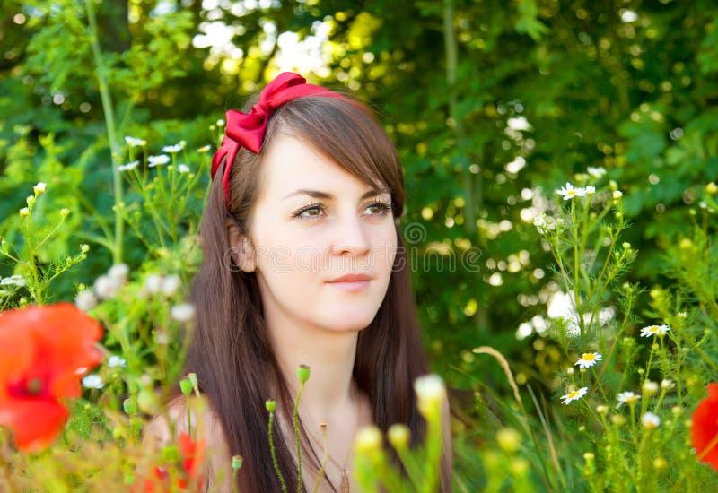 Retrato de uma mulher bonita nova na natureza foto de stock