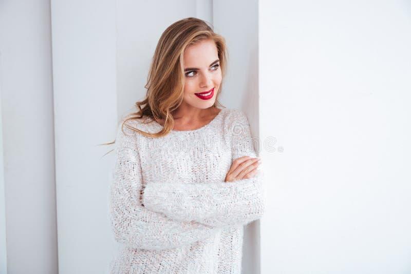 Retrato de uma mulher bonita nova que olha a janela imagem de stock