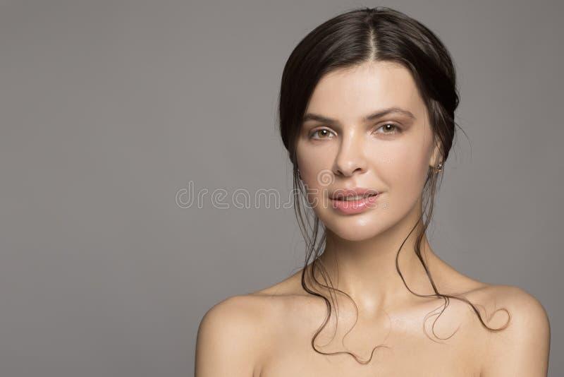 Retrato de uma mulher bonita O conceito da pele limpa imagem de stock royalty free