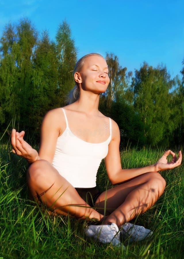 Retrato de uma mulher bonita que meditating ao ar livre imagem de stock royalty free