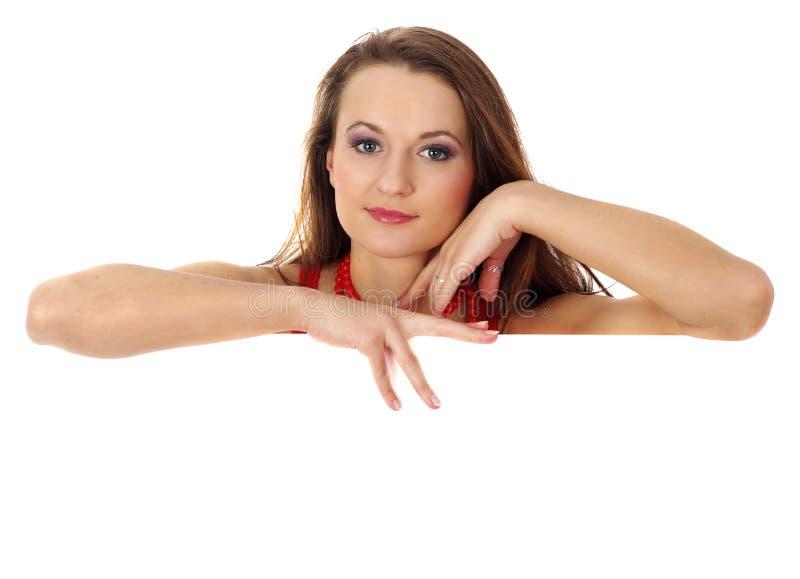 Retrato de uma mulher bonita que prende uma conta em branco fotografia de stock royalty free