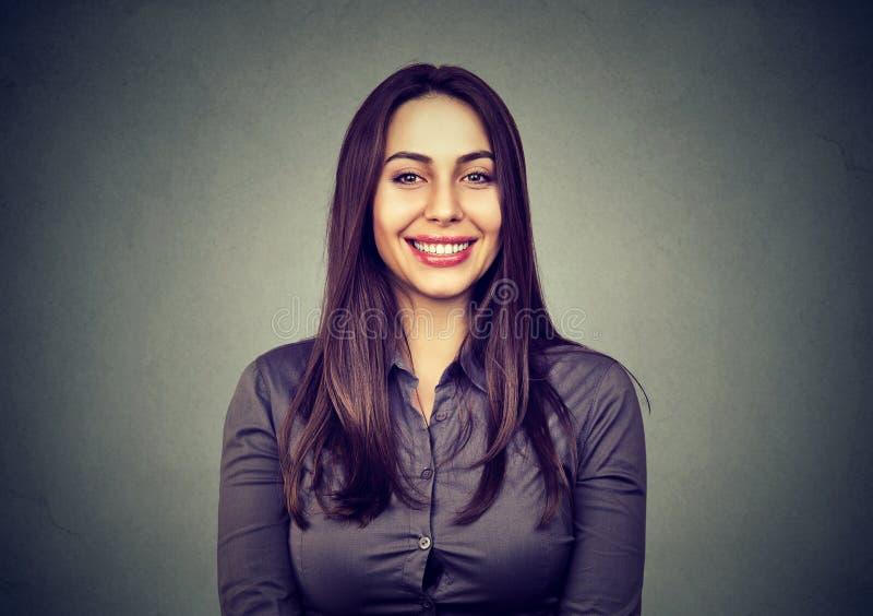 Retrato de uma mulher bonita que sorri olhando a câmera fotografia de stock royalty free