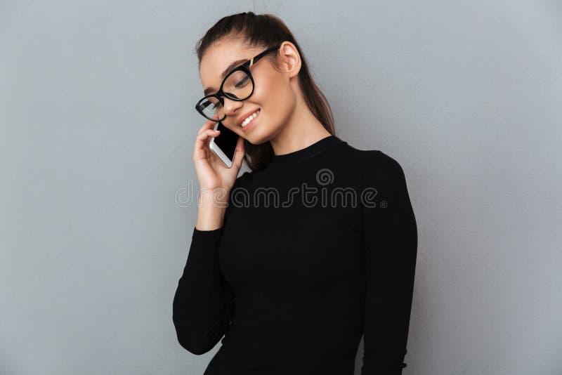 Retrato de uma mulher bonita de sorriso nos monóculos imagens de stock royalty free