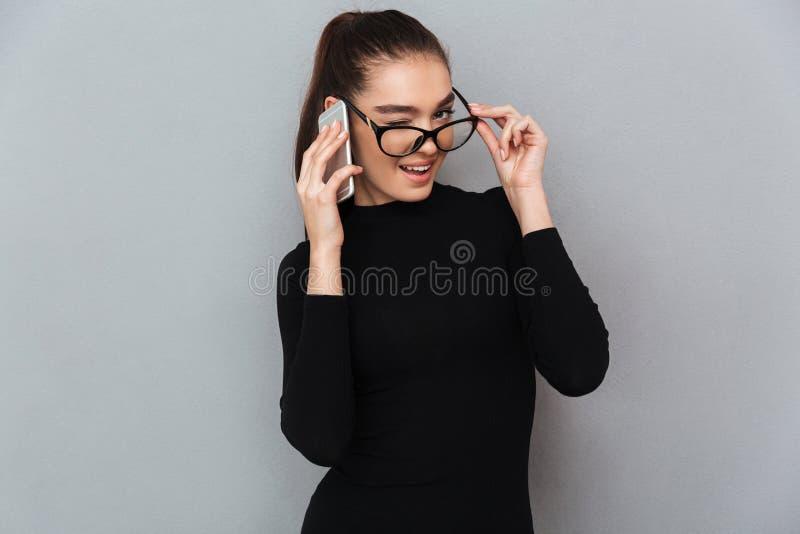 Retrato de uma mulher brincalhão de sorriso nos monóculos foto de stock