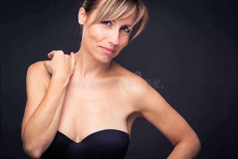 Retrato de uma mulher caucasiano envelhecida média de sorriso fotografia de stock royalty free