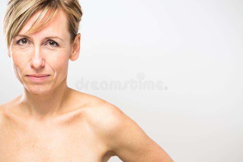 Retrato de uma mulher caucasiano envelhecida média de sorriso imagens de stock