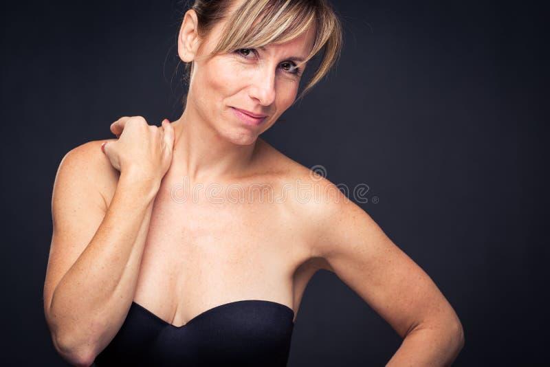 Retrato de uma mulher caucasiano envelhecida média de sorriso imagem de stock