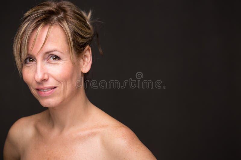 Retrato de uma mulher caucasiano envelhecida média de sorriso foto de stock royalty free