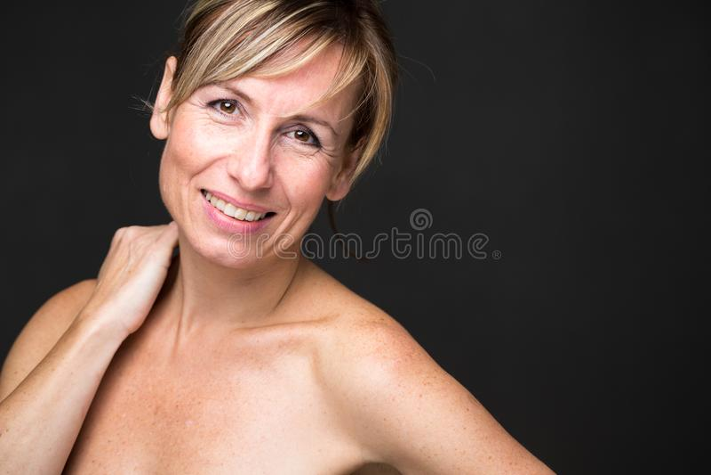Retrato de uma mulher caucasiano envelhecida média de sorriso imagens de stock royalty free