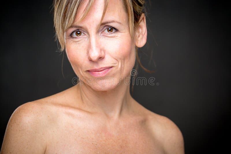 Retrato de uma mulher caucasiano envelhecida média de sorriso imagem de stock royalty free