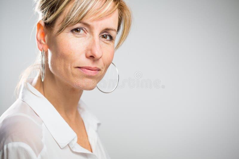 Retrato de uma mulher caucasiano envelhecida média de sorriso foto de stock