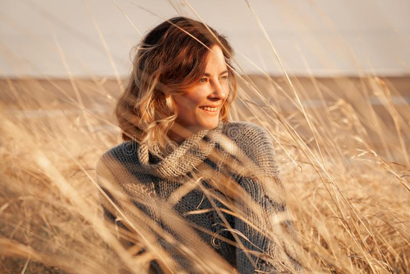 Retrato de uma mulher caucasiano nova bonita fotografia de stock