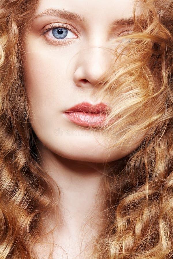 Retrato de uma mulher caucasiano nova com cabelo ondulado dourado longo fotos de stock