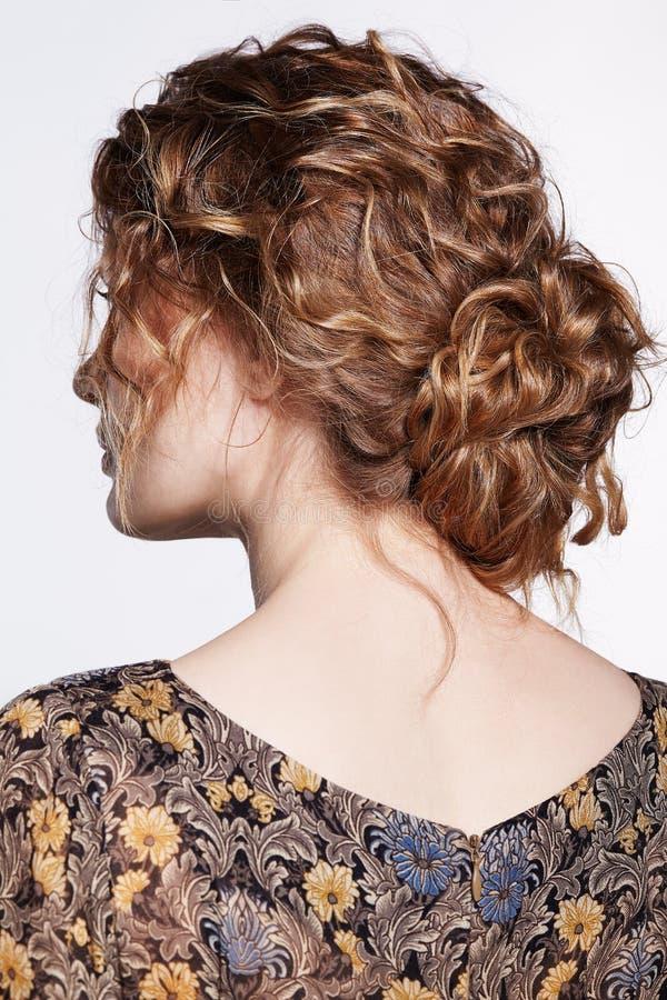 Retrato de uma mulher caucasiano nova com cabelo ondulado no vestido retro do vintage do verso imagens de stock royalty free