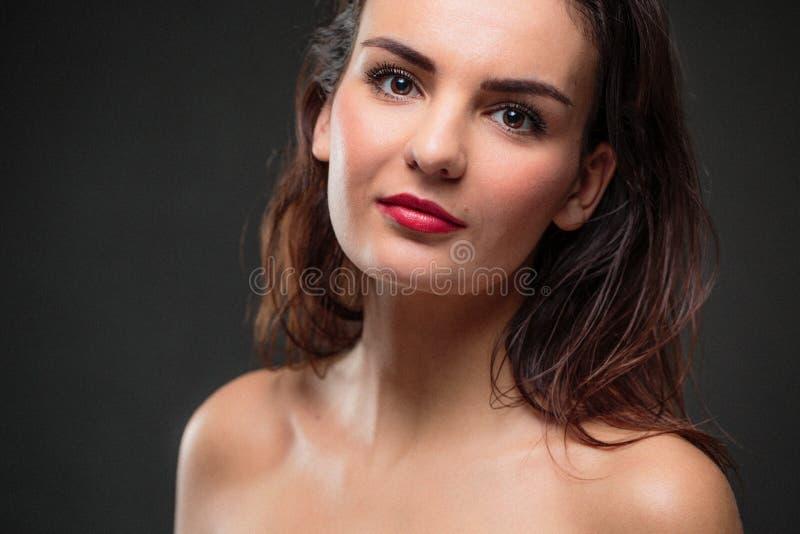 Retrato de uma mulher caucasiano nova de sorriso foto de stock royalty free