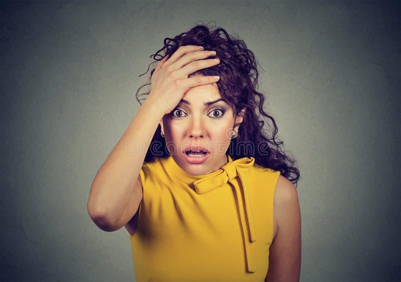 Retrato de uma mulher chocada preocupada fotografia de stock