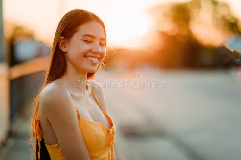 Retrato de uma mulher com cabelo comprido solto no pôr do sol imagem de stock