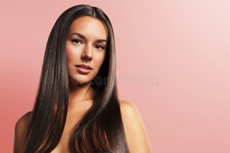 Retrato de uma mulher com cabelo de brilho fotos de stock