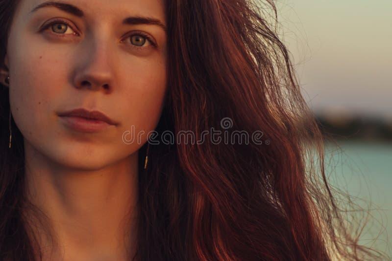 Retrato de uma mulher com cabelo longo no por do sol imagens de stock