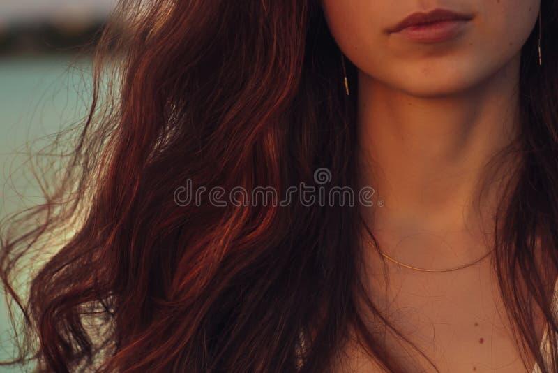 Retrato de uma mulher com cabelo longo no por do sol imagens de stock royalty free