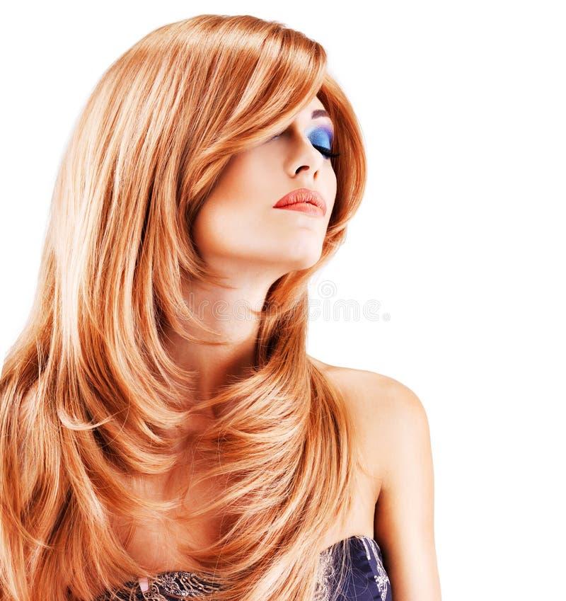 Retrato de uma mulher com cabelos vermelhos longos fotos de stock royalty free