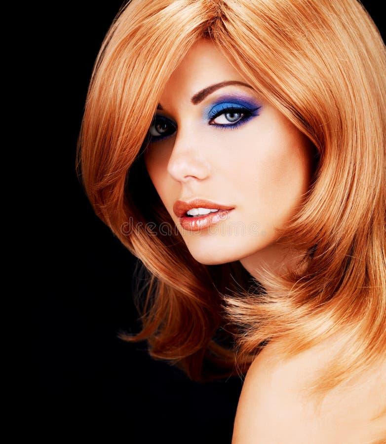 Retrato de uma mulher com cabelos vermelhos longos e composição da forma foto de stock
