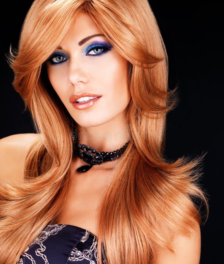Retrato de uma mulher com cabelos vermelhos longos e composição da forma fotografia de stock