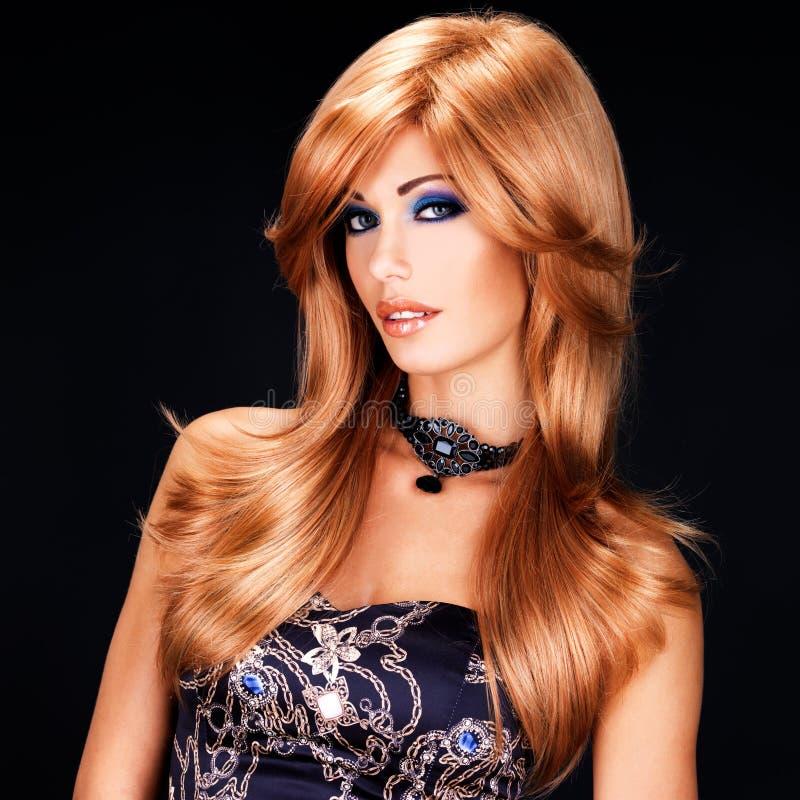 Retrato de uma mulher com cabelos vermelhos longos e composição da forma fotos de stock royalty free
