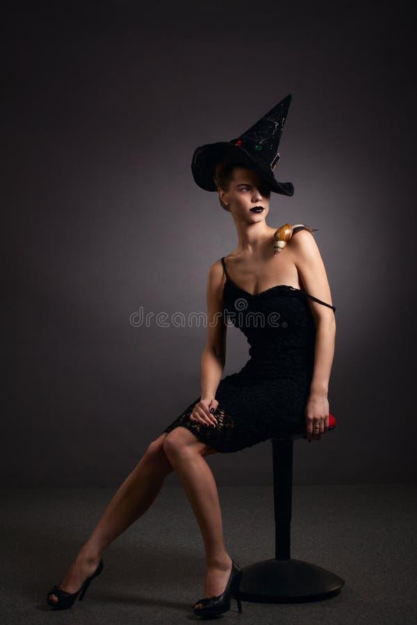 Retrato de uma mulher com o caracol no chapéu. Forma. Gótico imagens de stock