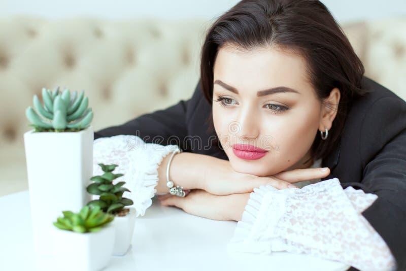 Retrato de uma mulher com olhos tristes fotos de stock