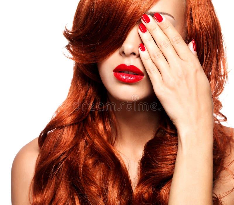Retrato de uma mulher com os bordos e os pregos vermelhos brilhantes imagem de stock royalty free