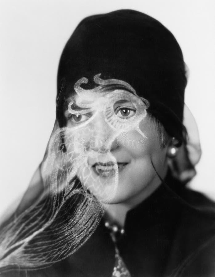 Retrato de uma mulher com um chapéu que sorri com um véu (todas as pessoas descritas não são umas vivas mais longo e nenhuma prop imagens de stock royalty free